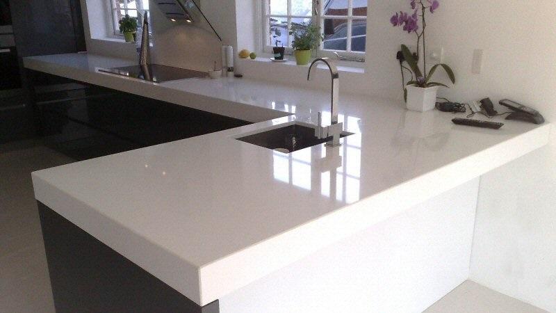 Plan de travail en pierre naturelle ou en quartz Fabriquer un plan de travail bar avec meuble de cuisine