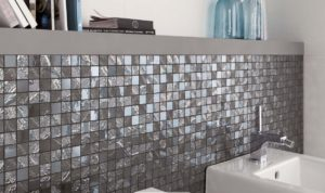 Déco salle de bains la pose de carreaux de mosaïque