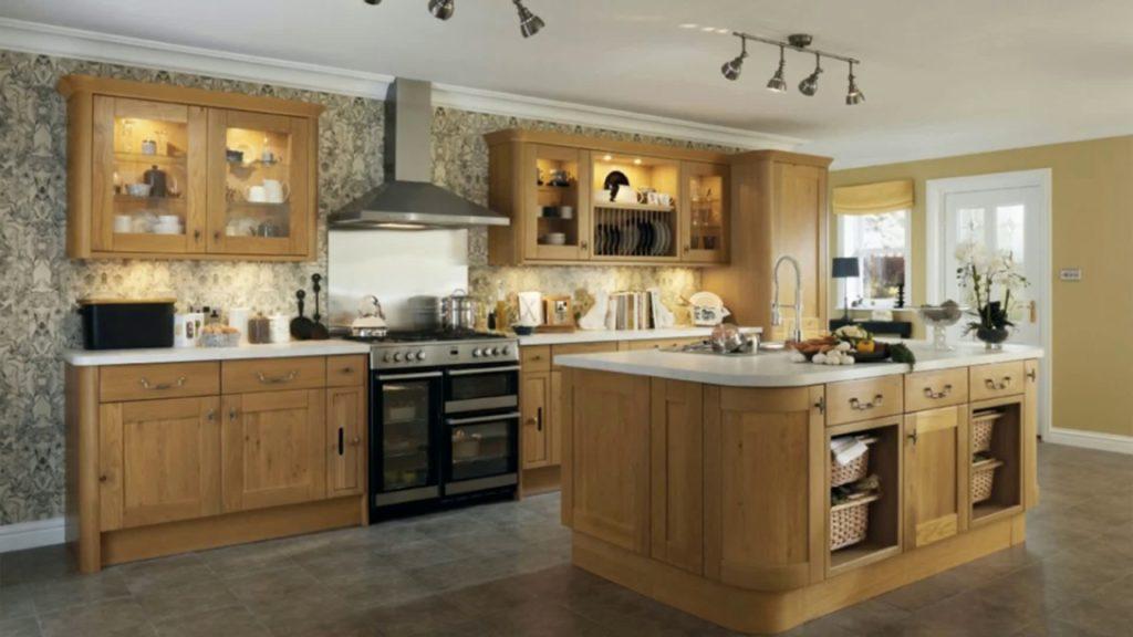 Homestaging le meuble en chêne de cuisine à remettre au goût du jour