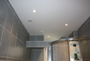 Aménagement salle de bains le choix du faux plafond en Placomarine